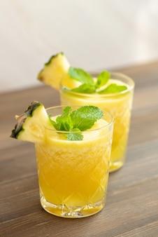 Smoothies rafraîchissants sains aux fruits d'ananas
