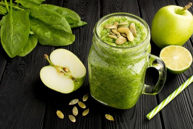 Smoothies verts aux épinards, pommes et graines de citrouille