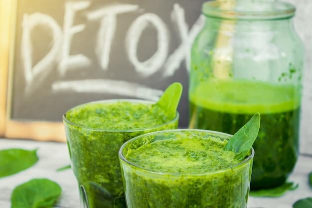 Smoothies verts aux fruits et légumes. journée de désintoxication. amincissement et excrétion de laitier. alimentation saine. mise au point sélective.