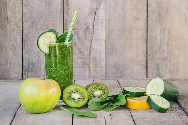 Smoothies verts aux fruits et légumes. journée de désintoxication.