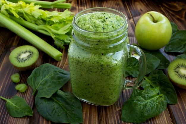 Smoothies verts aux fruits et légumes