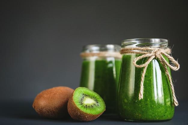 Smoothies verts avec micro-verts, kiwi et jus d'orange et flocons d'avoine