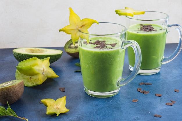 Smoothies verts sains et délicieux