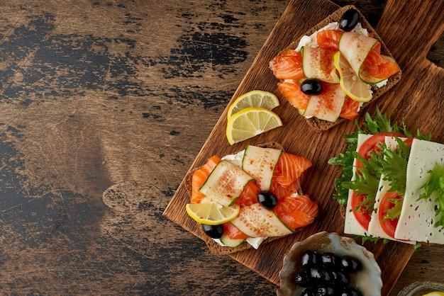 Smorrebrod - sandwichs danois traditionnels. pain de seigle noir au saumon