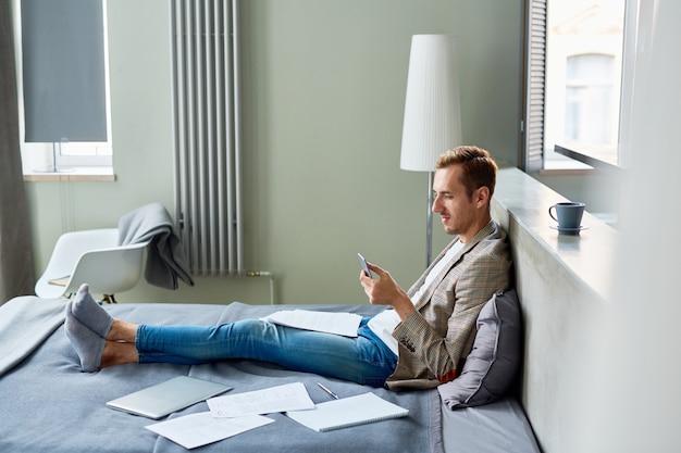 Sms avec un collègue sur un smartphone