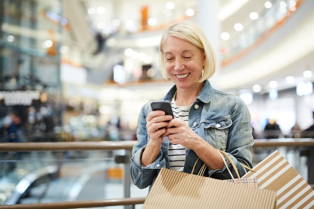 Sms de femme heureuse sms dans le centre commercial