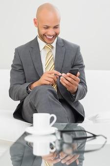 Sms d'homme d'affaires sur le canapé à la maison