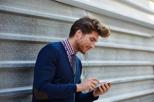 Sms de jeune homme d'affaires sms téléphone