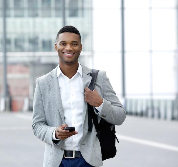 Sms de jeune homme sur téléphone mobile