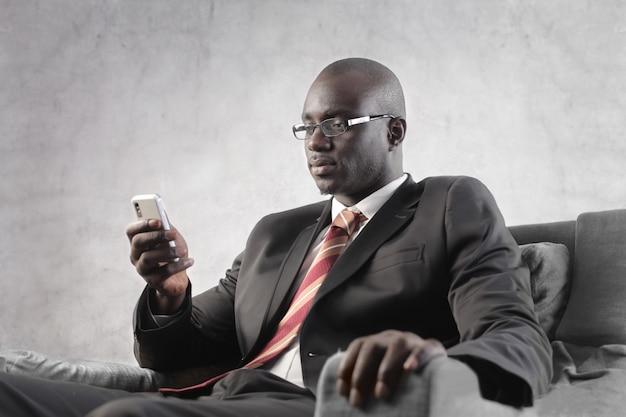 Sms noir d'homme d'affaires