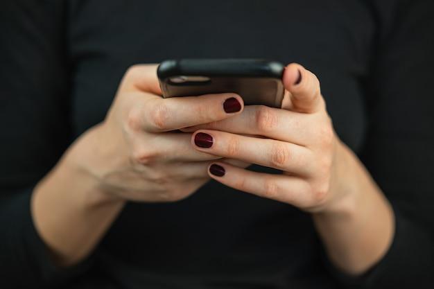 Sms sur le téléphone, à l'aide d'un smartphone.