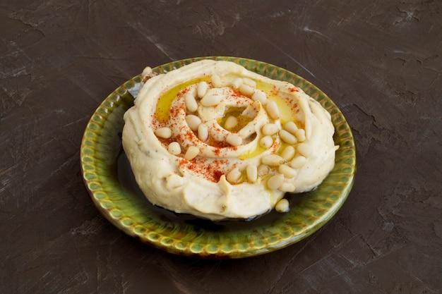 Snack arabe de pois chiches. houmous sur fond gris.