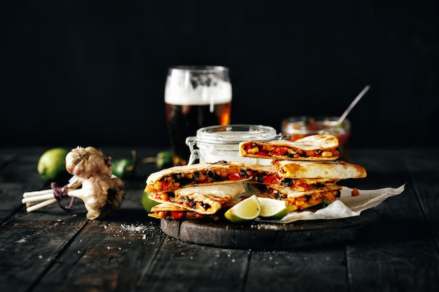 Snack beer table en bois quesadilla cheese lager beer sombre