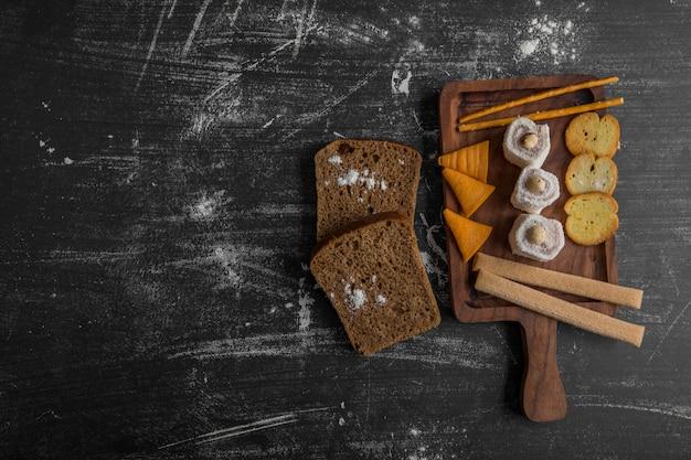 Snack board avec frites et pâtisseries, vue de dessus