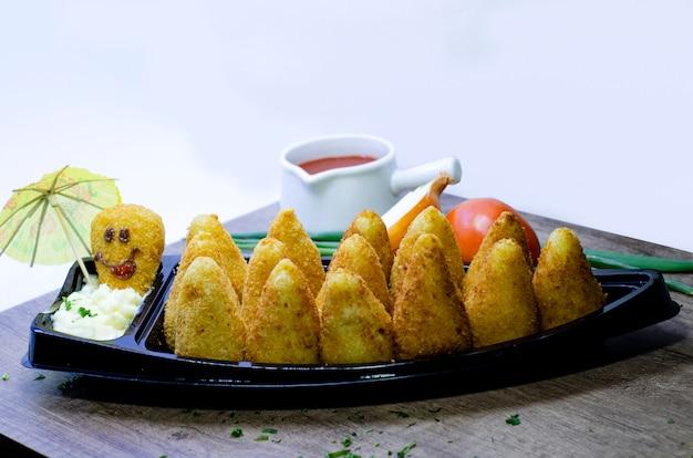 Snack brésilien. le coxinha est un salgadinho brésilien, d'origine paulista, également répandu dans