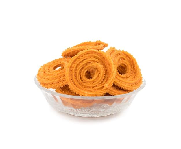 Snack chakli traditionnel indien, une collation frite croustillante en forme de spirale