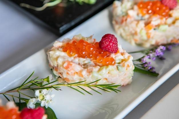 Snack froid sur une table de fête décorée de fleurs