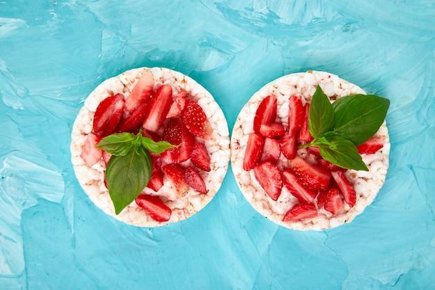 Snack avec des galettes de riz et des fruits frais