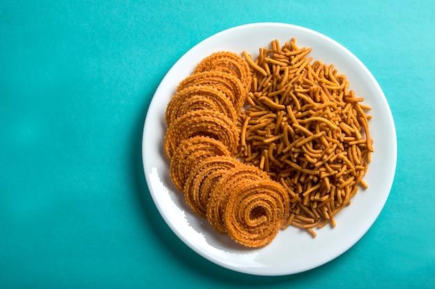 Snack indien: besan (farine de gram) sev et chakli, chakali ou murukku.