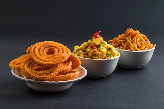 Snack indien: chakli, chakali ou murukku et besan (farine de gram) sev et chivada ou chiwada. diwali food