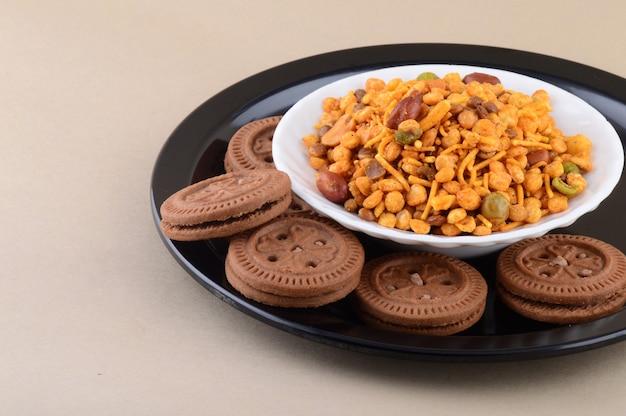 Snack indien: mélange et crème biscuit en assiette.