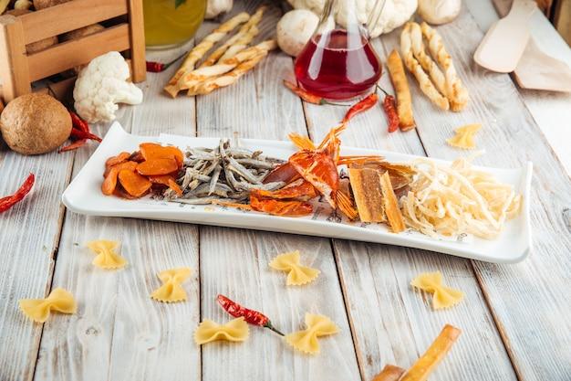 Snack mélange de bière apéritif poisson et fromage fumé