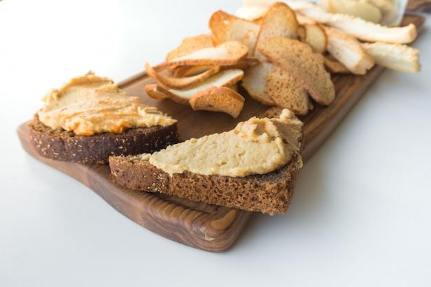 Snack moldave fasolita, purée de haricots aux oignons caramélisés.