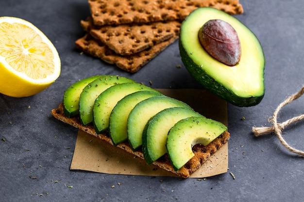 Snack pain et fitness en train de manger à l'avocat