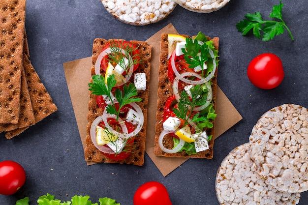 Snack pain et remise en forme manger avec des légumes