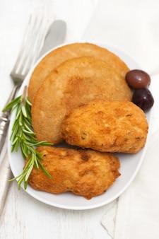 Snack sur plat blanc