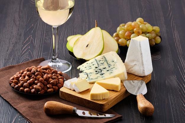 Snack pour le vin - assiette de fromage et fruits