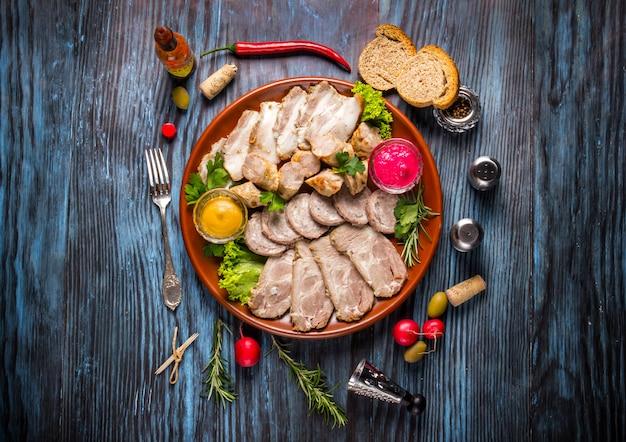 Snack set. assortiment de tranches de viande aux épices sur fond en bois rustique