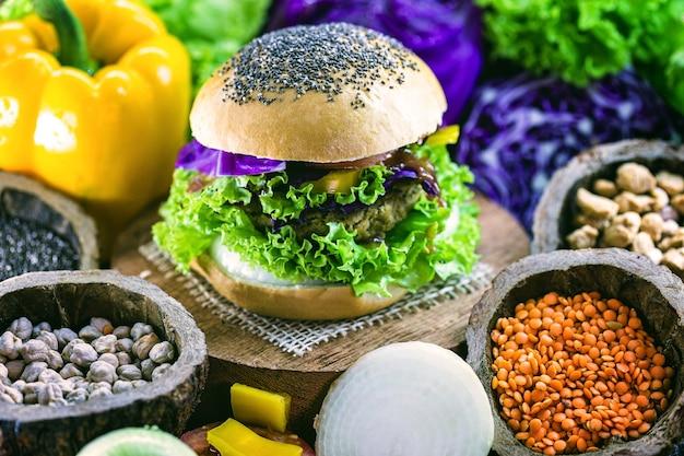 Snack végétalien, burger végétalien sans viande, fait avec du pain de grains entiers, des protéines, du litchi