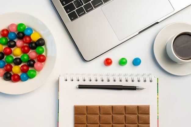 Snacking au travail, avoir un concept de morsure. ordinateur portable, bonbons