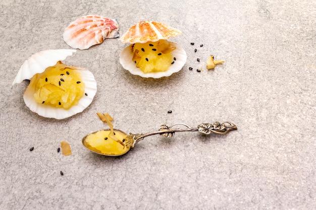 Snacks au caviar légèrement salé avec graines de sésame noir et cuillère en argent