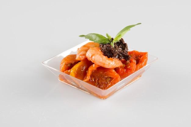 Snacks colorés apéritifs dans des tasses alimentation saine ou concept de mode de vie