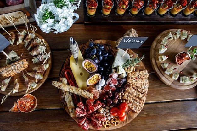 Snacks de fête d'été sur table en bois.