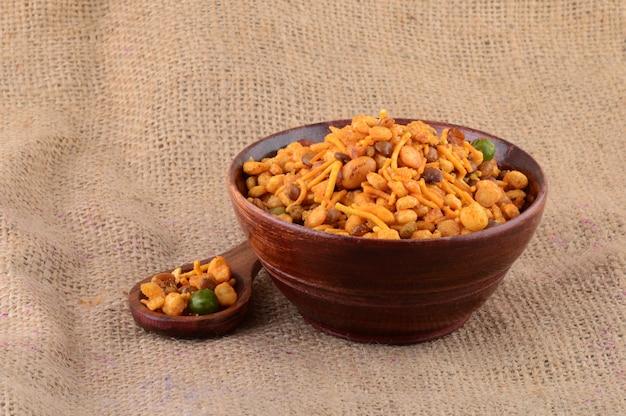 Snacks indiens: mélange (noix grillées au poivre de sel, épices, légumineuses, pois verts)