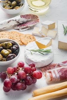 Snacks italiens, fromage à la viande, ensemble d'herbes, sur blanc