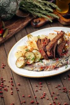 Snacks russes traditionnels avec hareng et cornichon
