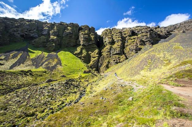 Snaefellsnes, beau chemin pour marcher pendant 20 minutes en été jusqu'à une grotte de la presqu'île. islande