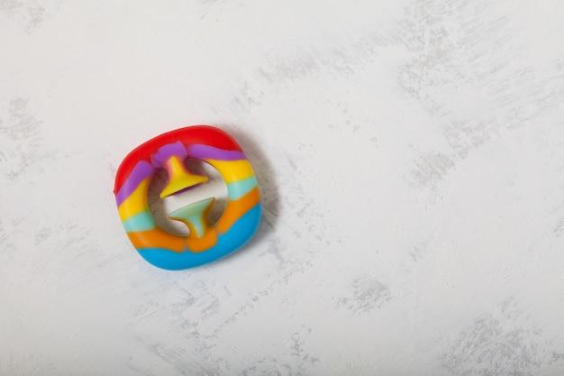 Snapperz - nouveau jouet en caoutchouc multicolore populaire. extenseur amusant avec ventouse, pousser et applaudir.