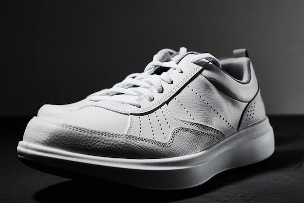 Sneaker blanc isolé sur noir