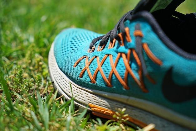 Sneaker sur la pelouse