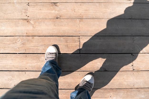 Sneaker sur plancher en bois de haut