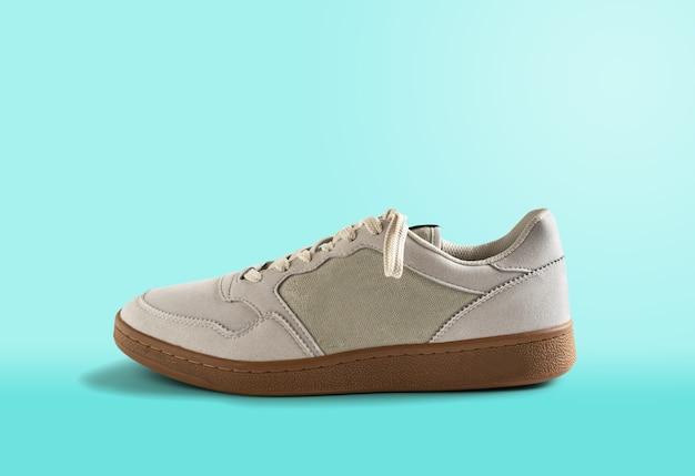 Sneaker pour hommes isolé sur fond bleu. chaussures pour hommes.