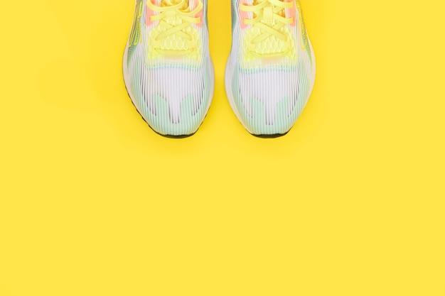 Sneakers sur fond jaune, vue de dessus, espace copie. bannière.
