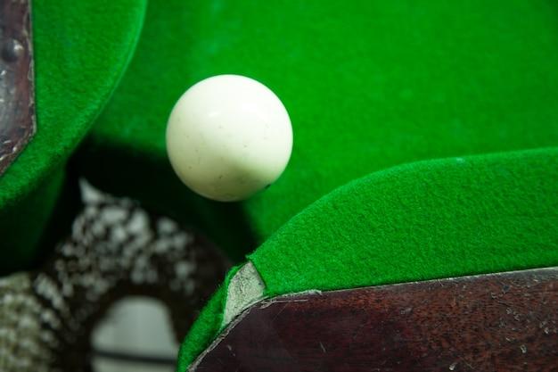 Snook boule blanche sur le bord du trou.