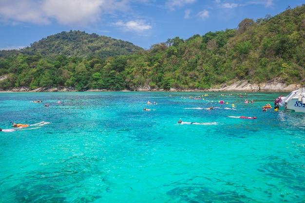 Snorkeling sur l'île de racha, province de phuket, thaïlande