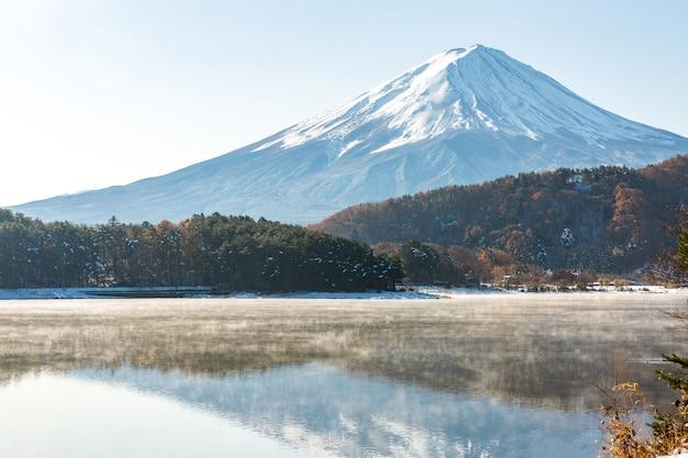 Snow fuji kawaguchiko en fin d'automne